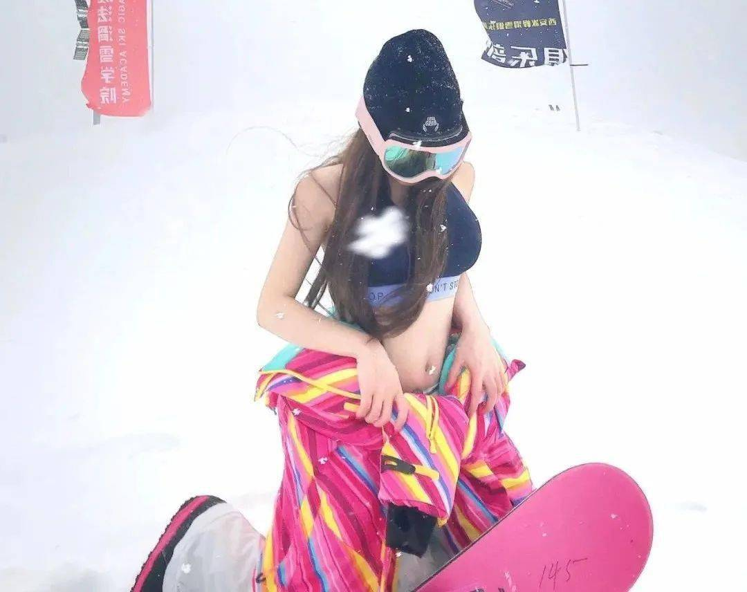 """Phái đẹp Trung Quốc mê kiểu mặc """"phang thời tiết"""", rét cắt da cắt thịt vẫn diện bikini - hình ảnh 3"""