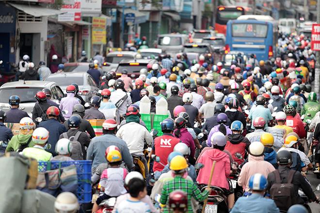 """Phố phường """"ngộp thở"""" chiều cuối năm 2020, người Sài Gòn hãi hùng """"bò"""" trên đường - hình ảnh 2"""