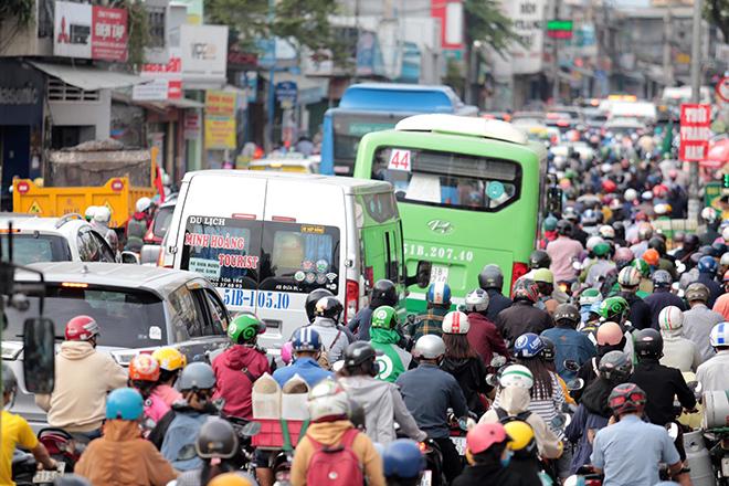 """Phố phường """"ngộp thở"""" chiều cuối năm 2020, người Sài Gòn hãi hùng """"bò"""" trên đường - hình ảnh 6"""