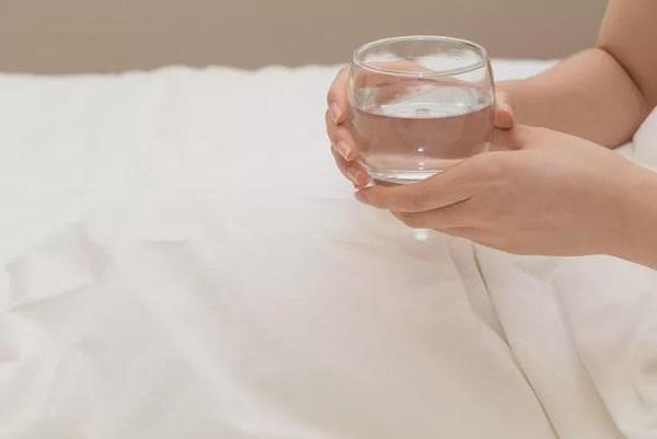 Uống nước khi thức dậy nhiều lợi ích với sức khỏe nhưng không phải loại nước nào cũng tốt - 2