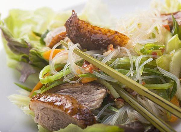 Món ngon cuối tuần: Miến xào vịt quay hấp dẫn cho ngày chán cơm - 5