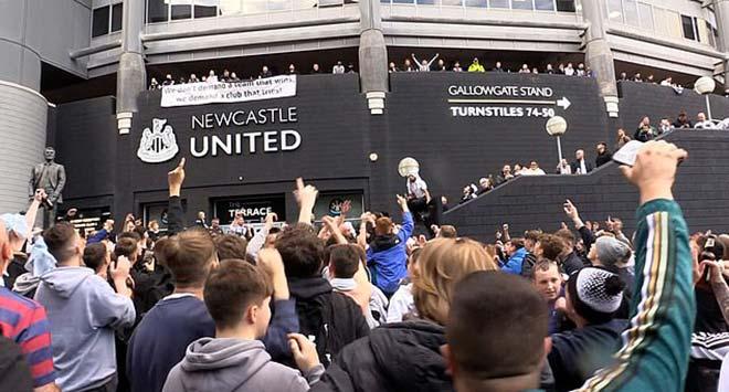 """HLV Gerrard được """"đại gia"""" Newcastle đón mời, cấp 190 triệu bảng mua quân - 1"""