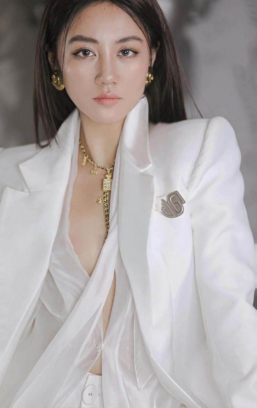 Hết thời bị chê mặc xấu, Văn Mai Hương được khen khi diện sơ mi khéo léo - 2