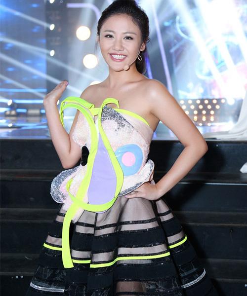 Hết thời bị chê mặc xấu, Văn Mai Hương được khen khi diện sơ mi khéo léo - 14